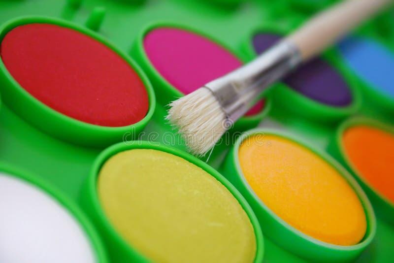 Pinturas e uma escova fotografia de stock royalty free