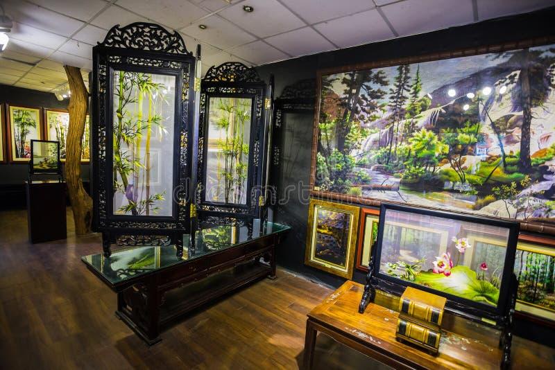 Pinturas en el museo de la seda en Nha Trang imagenes de archivo