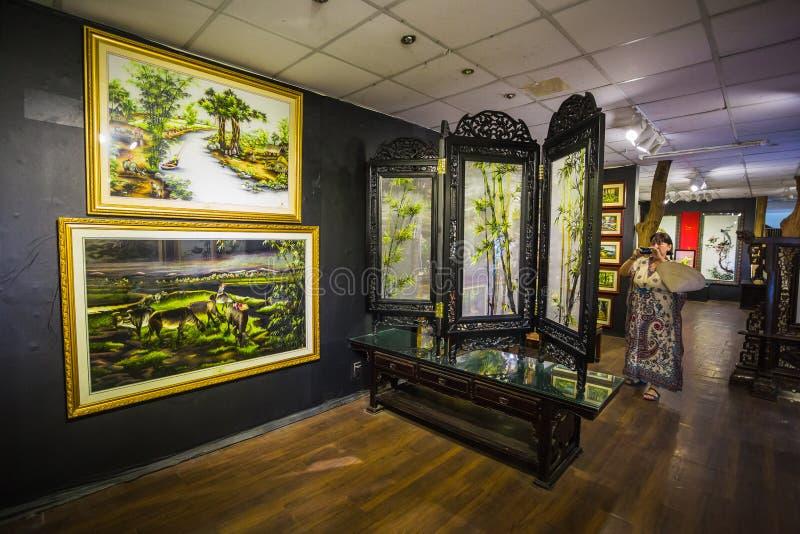 Pinturas en el museo de la seda en Nha Trang imagen de archivo