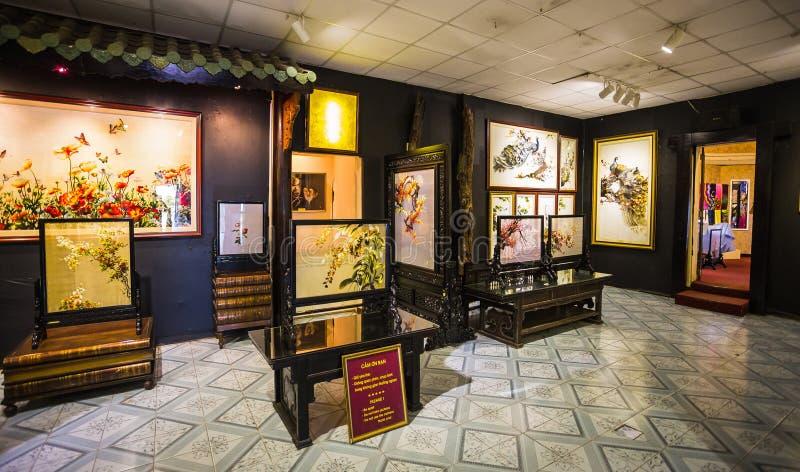 Pinturas en el museo de la seda en Nha Trang foto de archivo