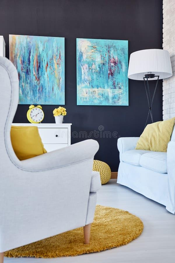 Pinturas en sala de estar imagen de archivo libre de regalías
