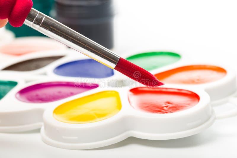 Pinturas Multicolour no branco, guache, escova imagens de stock