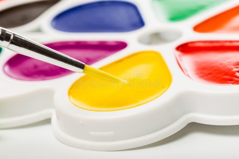 Pinturas Multicolour no branco, guache, escova imagem de stock