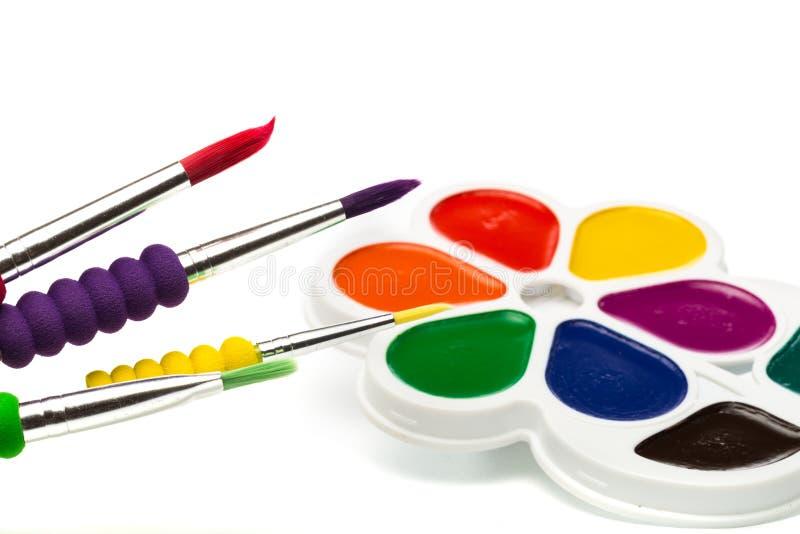 Pinturas Multicolour no branco, guache, escova fotografia de stock royalty free