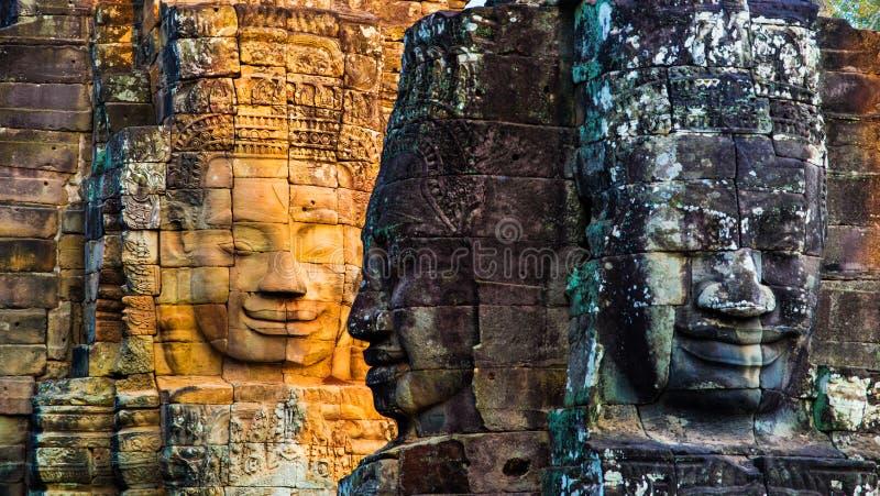 Pinturas murais e templo de pedra Angkor Thom de Bayon da estátua Angkor Wat imagens de stock royalty free