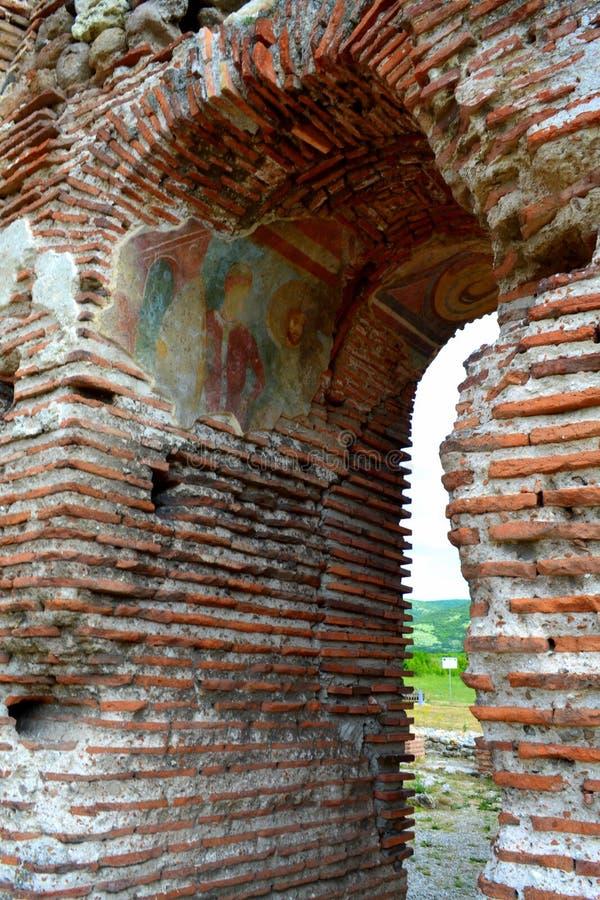 Pinturas murais velhas do arco da igreja fotos de stock royalty free