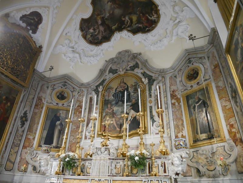 Pinturas no altar de uma igreja Católica velha fotografia de stock
