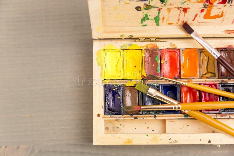 Pinturas para dibujar, la paleta y el cepillo imagenes de archivo