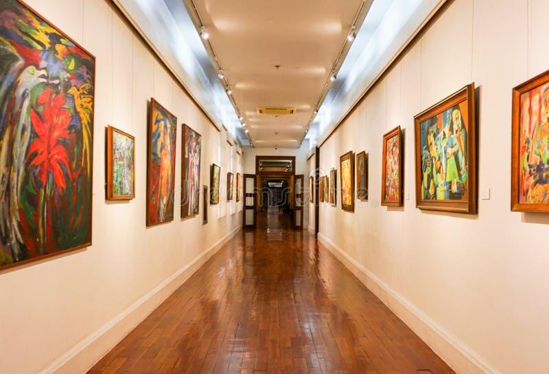 Pinturas que cuelgan en un vestíbulo del museo foto de archivo libre de regalías
