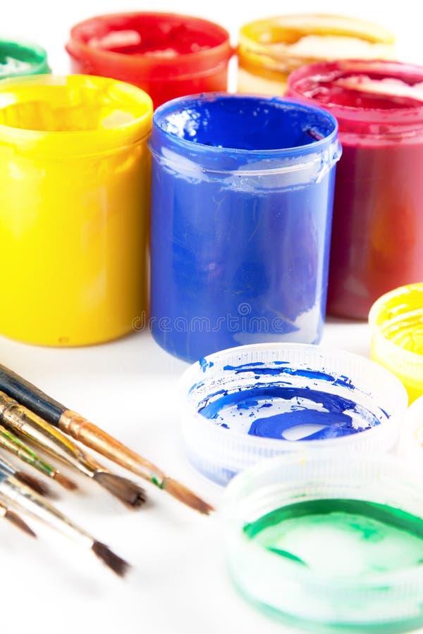 Pinturas y brochas coloridas fotografía de archivo libre de regalías