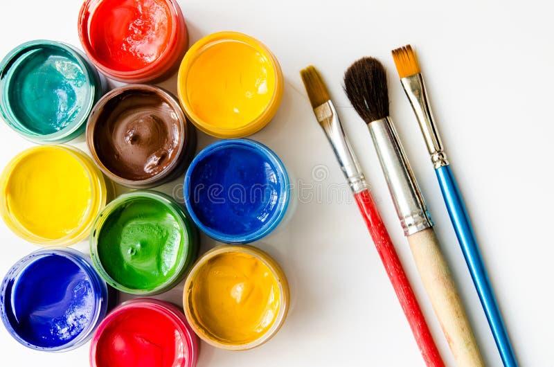 Pinturas y cepillos fotografía de archivo