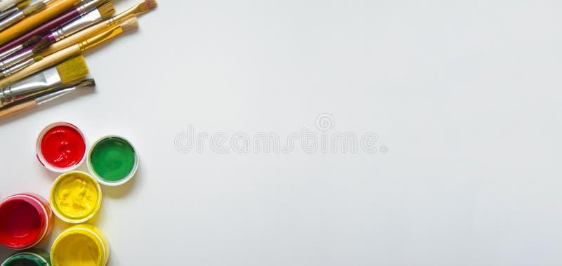 Pinturas y cepillos, en un fondo blanco foto de archivo libre de regalías