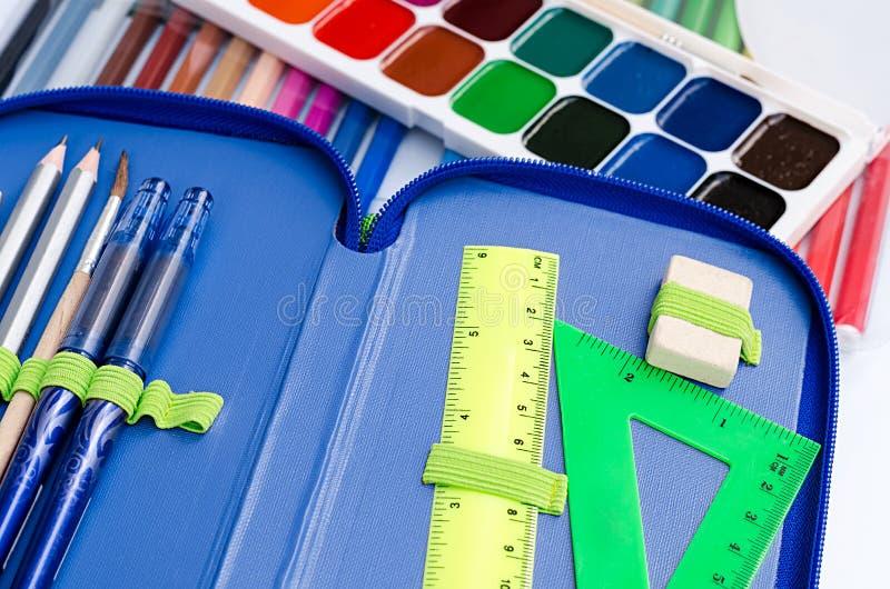 pinturas y rotuladores para el estudiante de la escuela imágenes de archivo libres de regalías