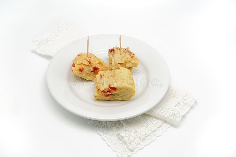 Pintxo typique de tortilla de patatas d'Espagnol sur un fond blanc photos stock