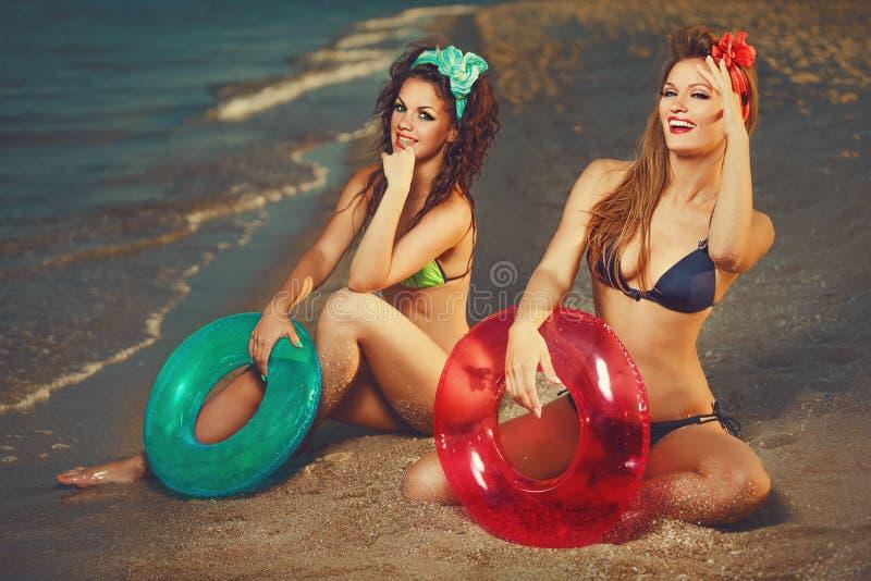 Pinup auf Strand lizenzfreie stockbilder