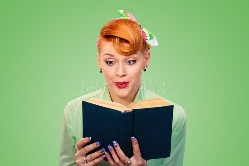 Pinup dziewczyna czyta książkę ma szokującą twarz obrazy royalty free