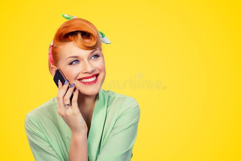 Pinup dziewczyna opowiada na smartphone ono u?miecha si? zdjęcia royalty free