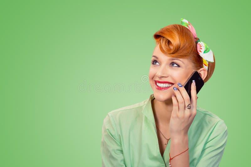 Pinup dziewczyna opowiada na telefonie przyglądającym w górę ono uśmiecha się szczęśliwy obrazy royalty free