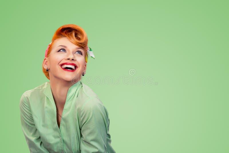 Pinup dziewczyna przyglądająca w górę lauging szczęśliwy zdjęcie stock