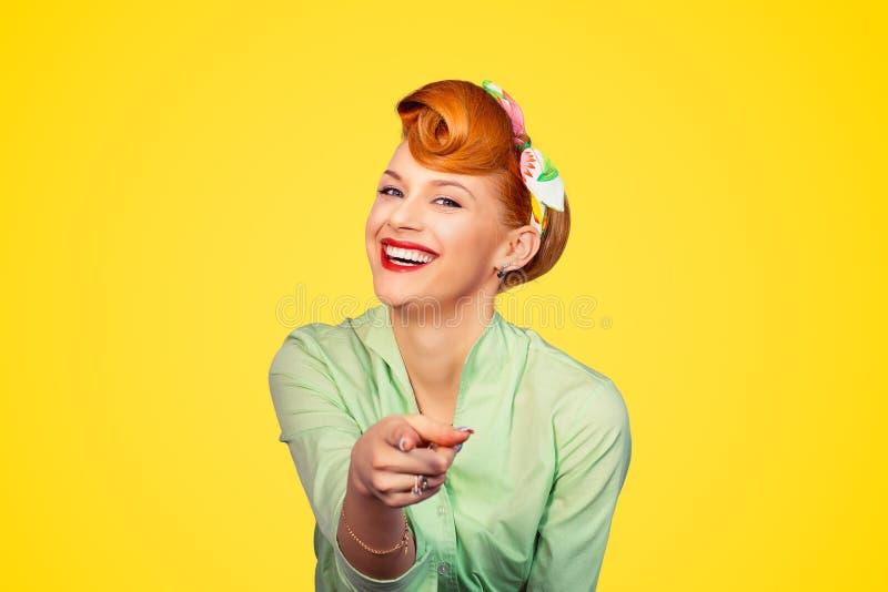 Pinup dziewczyna wskazuje przy tobą uśmiecha się śmiać się zdjęcia royalty free