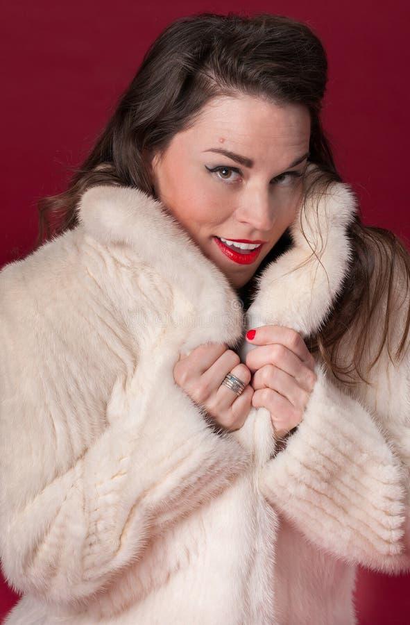 Pinup-Mädchen im weißen Pelz-Mantel lizenzfreie stockfotos