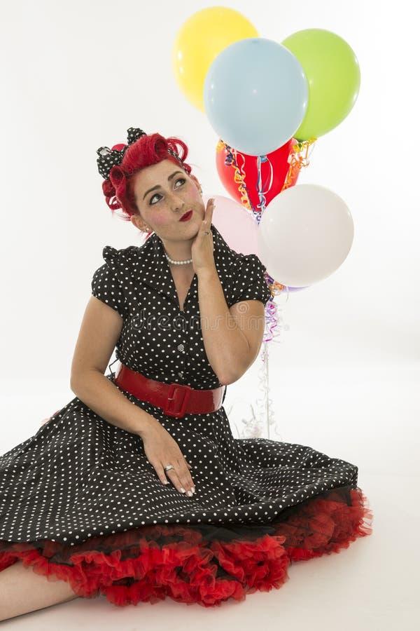 Pinup retro do estilo da mulher com balão imagem de stock