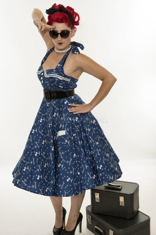 Pinup retro do estilo da mulher com malas de viagem fotografia de stock royalty free