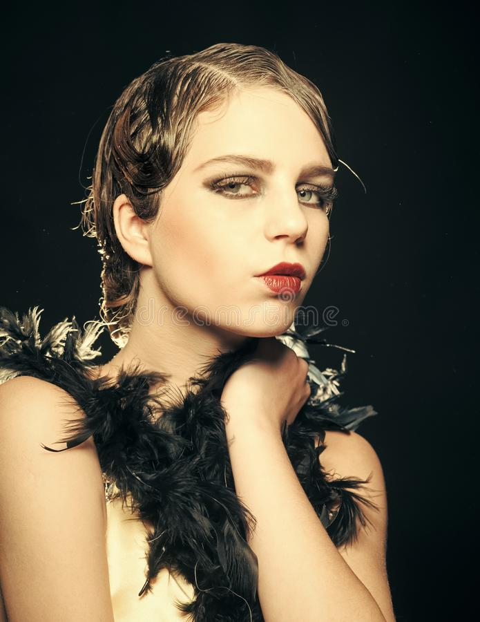 Pinupmädchen in der Boa mit dem Retro- Haar und Make-up lizenzfreies stockbild