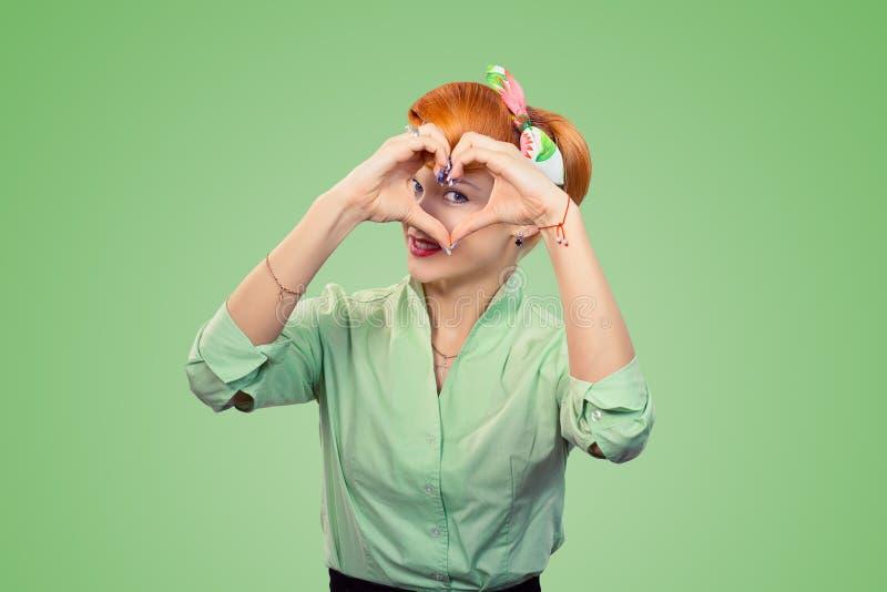 Pinupmeisje die het symbool van het hartteken met handen maken royalty-vrije stock afbeeldingen