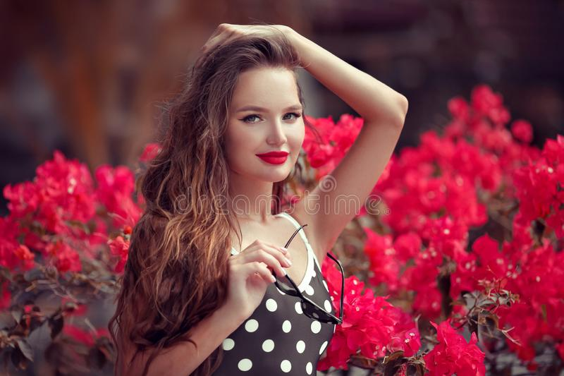 Pinupmeisje met rode lippenmake-up De manierportret van de de zomerlevensstijl van sexy donkerbruine vrouw Het genieten van het v royalty-vrije stock foto