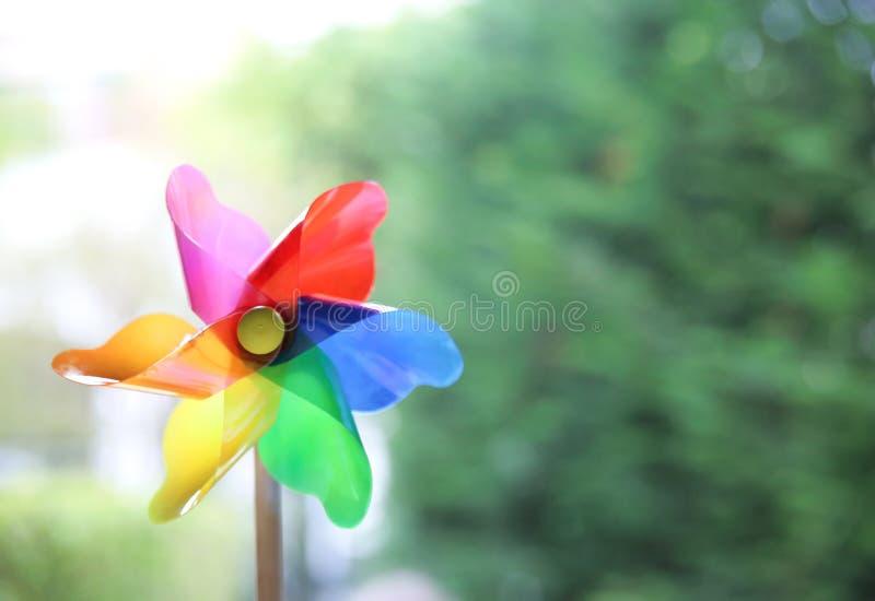 Pinwheel, ветрянка, мельница игрушки на зеленом запачканном космосе экземпляра предпосылки пустом стоковое фото rf
