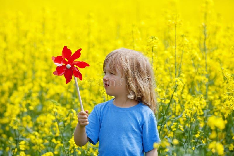 pinwheel мальчика стоковые фото