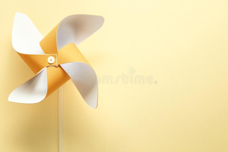 Pinwheel на желтой предпосылке стоковое изображение rf