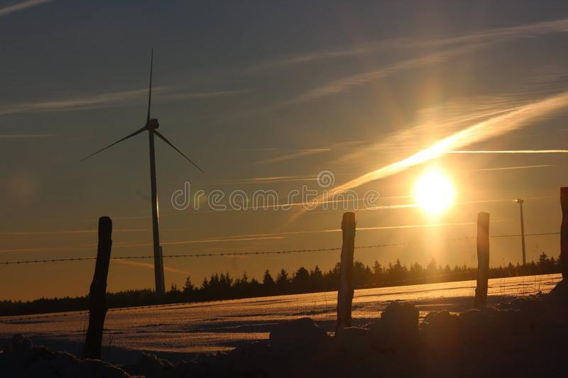Pinwheel на красивом заходе солнца в вечере зимы стоковое изображение rf