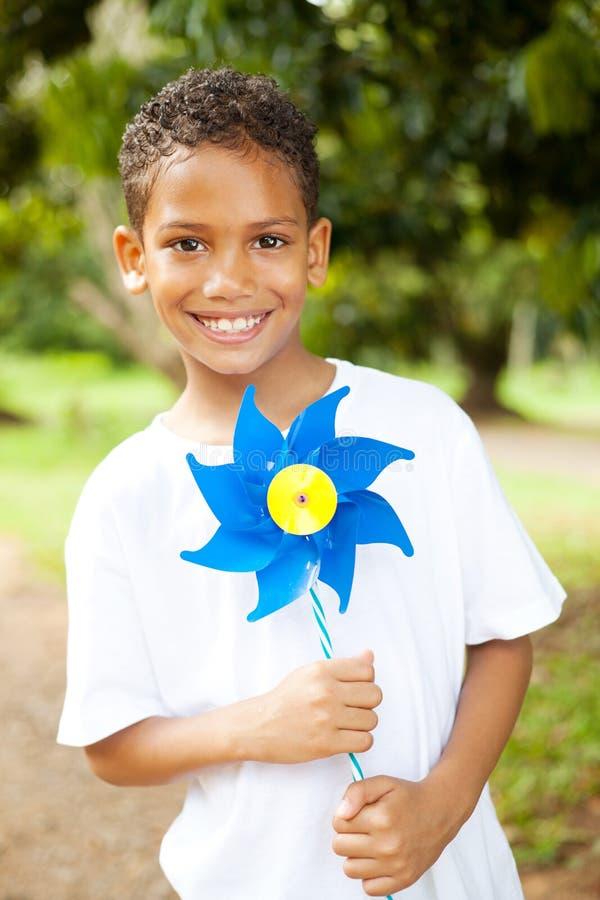 pinwheel удерживания мальчика стоковая фотография
