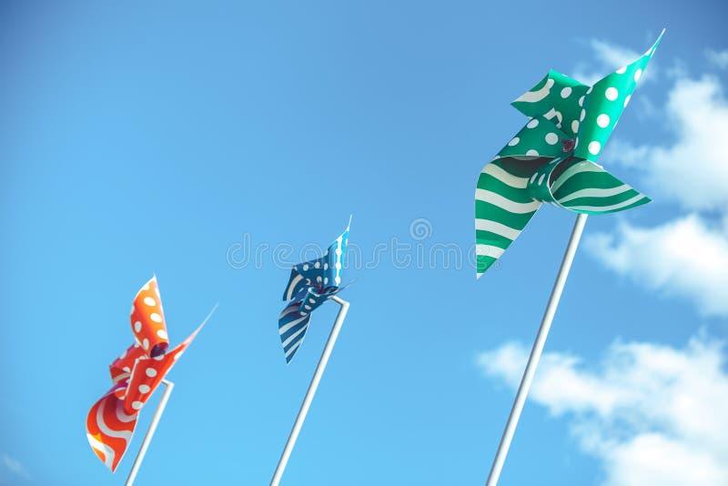 Pinwheels ενάντια στο μπλε ουρανό με τα σύννεφα στοκ εικόνα