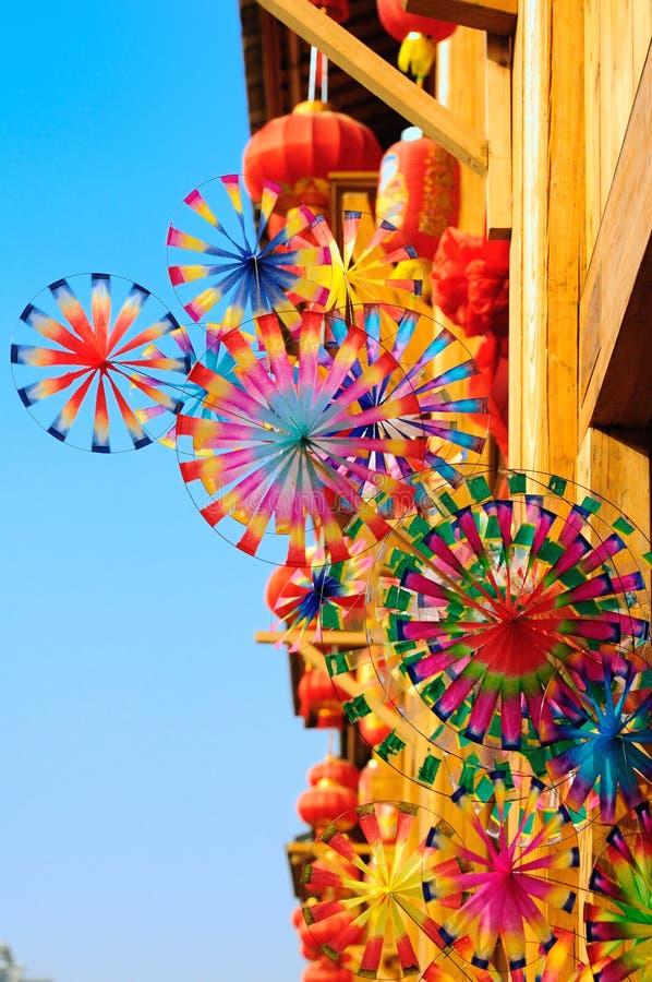 Pinwheels variopinti del giocattolo del Rainbow e lanterna rossa fotografia stock libera da diritti