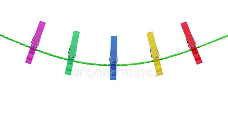 Pinzas coloreadas en la cuerda aislada en el fondo blanco foto de archivo libre de regalías