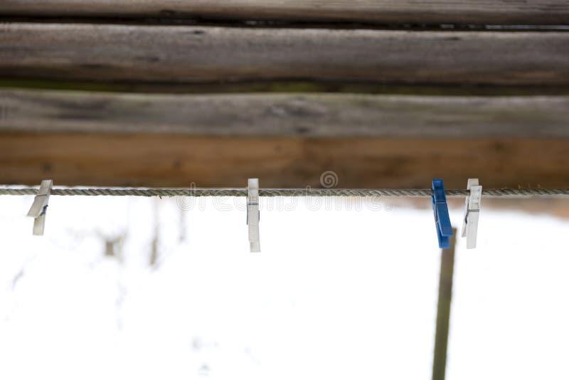 2a8cf2cb7366 imágenes comunes del Pinzas De Madera Viejas En Una Cuerda - los ...