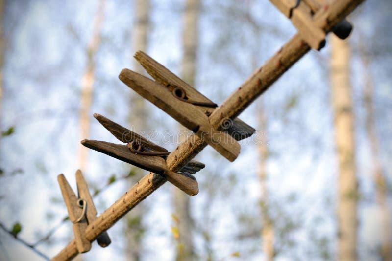 80294870d930 imágenes comunes del Pinzas Viejas En Cuerda - los derechos de la ...