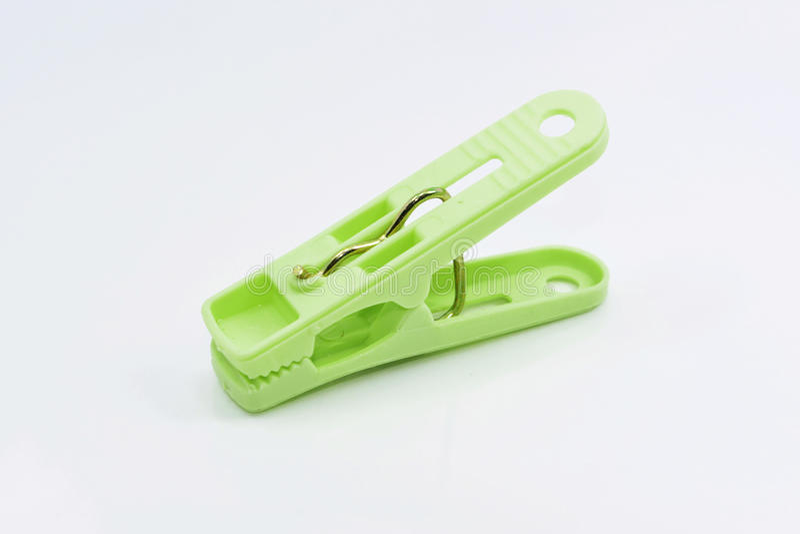 Pinzas verdes plásticas aisladas en el fondo blanco fotos de archivo libres de regalías