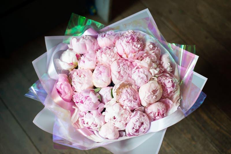 Pioenen in een boeket van bloemen stock foto's