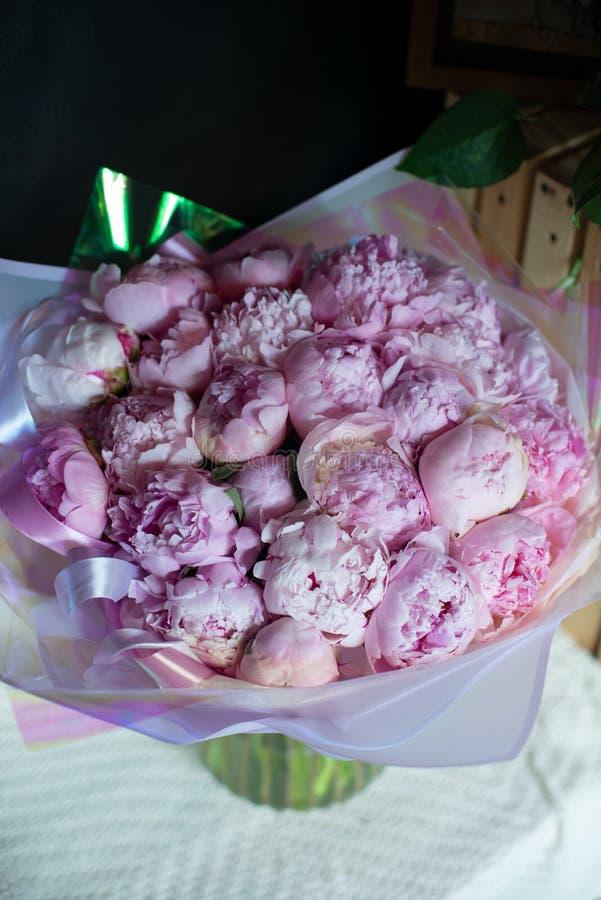 Pioenen in een boeket van bloemen stock afbeeldingen