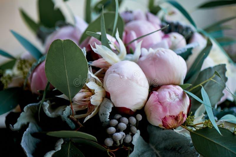 Pioenrozen in het boeket van de bruid van roze dicht stock foto
