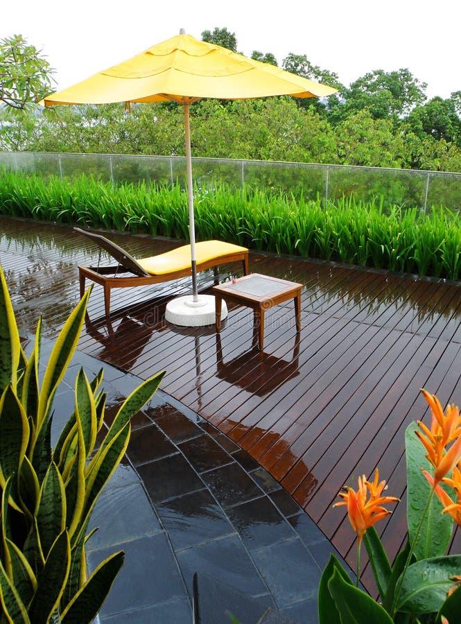 pioggia del patio del giardino immagini stock