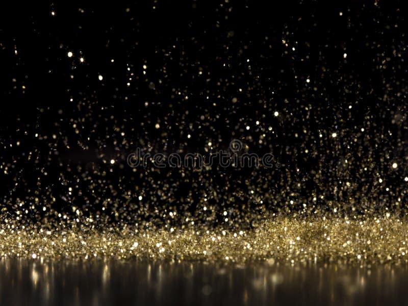 Pioggia di polvere d'oro luccicante su fondo nero fotografia stock libera da diritti