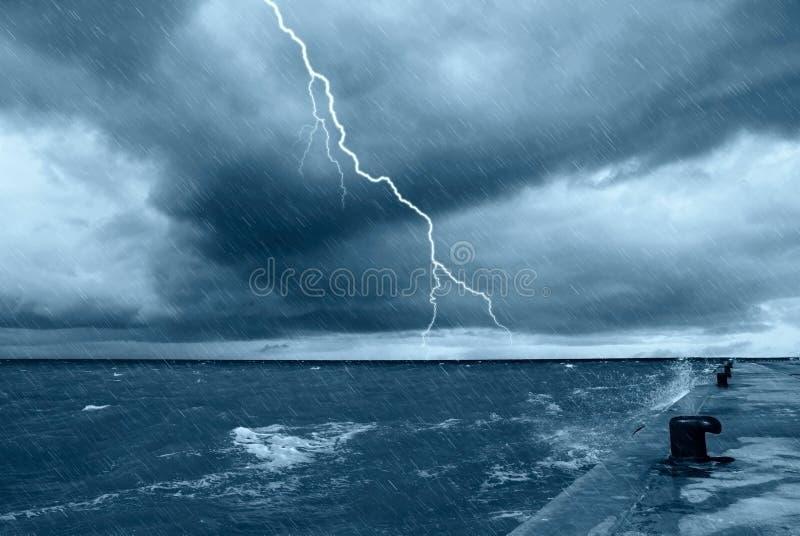 Pioggia e grandi onde immagini stock