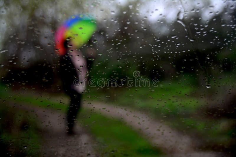 Pioggia e la gente fotografia stock