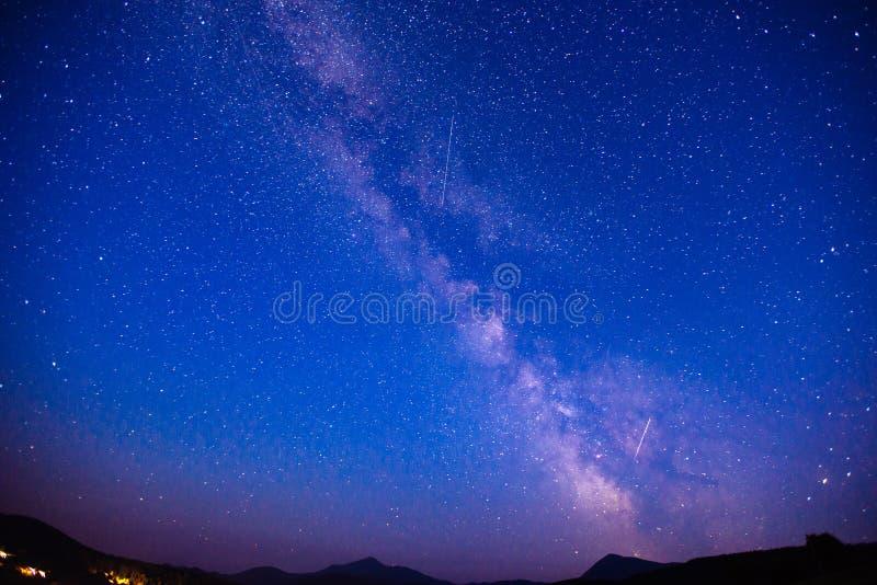 Pioggia e montagne fantastiche della meteora di inverno nella foschia immagine stock