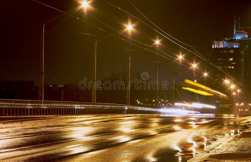 Pioggia e traffico di notte fotografia stock